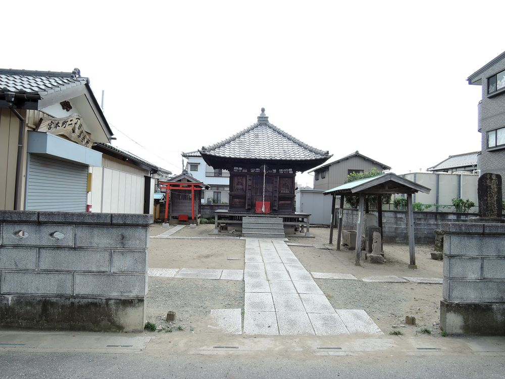 薬師堂(宮本町二丁目集会所)の石仏と境内の風景|越谷市宮本町