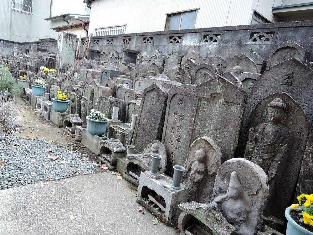 光明院の無縁塚にある鍋島歌女輔と春暉庵一樹の墓碑|越谷市大沢