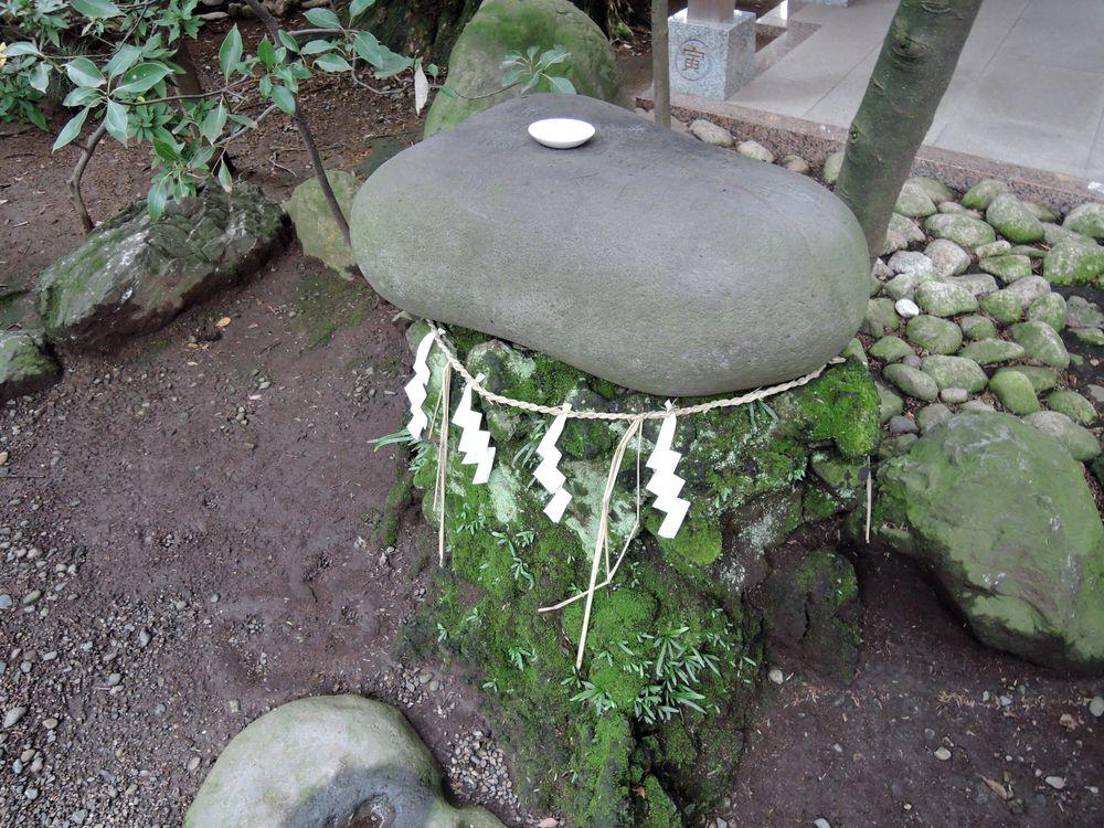越谷市に残されている江戸後期・三ノ宮卯之助銘の力石